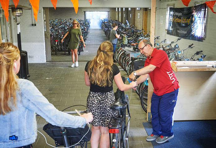 Sevket Dogan ontvangers fietsparkeerders in de fietsenstalling tegenover station Oss.