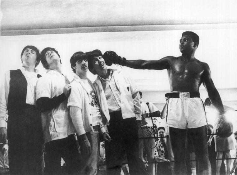 The Beatles brengen een bezoek aan de sportzaal waar Cassius Clay traint. Beeld Getty
