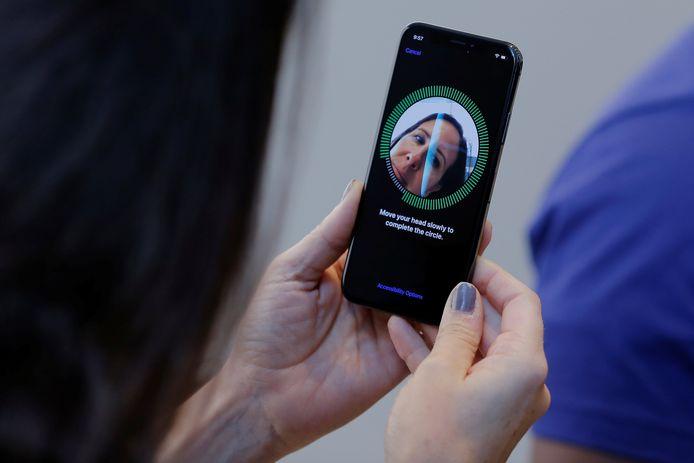 Een vrouw stelt gelaatsherkenning in op haar iPhone X.