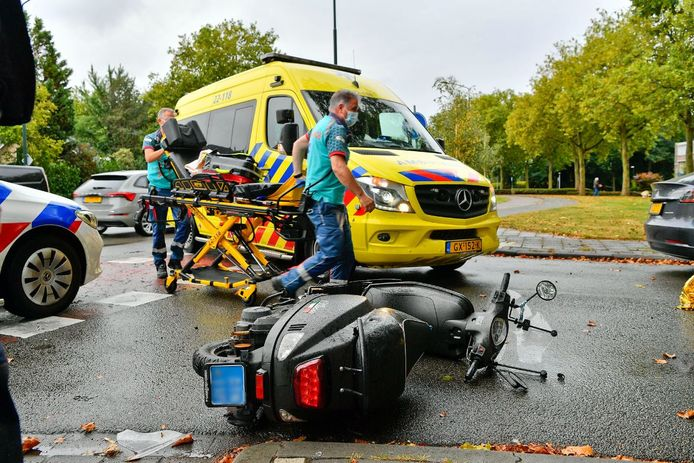 Een scooterrijdster raakte gewond bij een botsing in Valkenswaard.