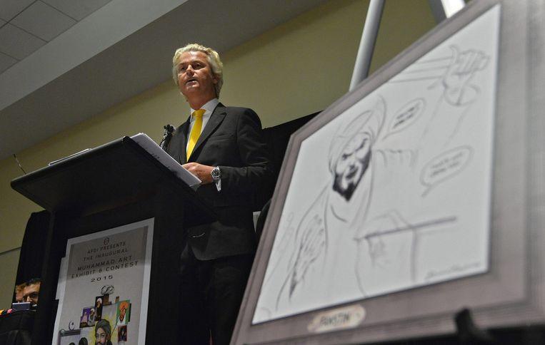 PVV-leider Geert Wilders tussen spotprenten van de profeet Mohammed. Beeld EPA