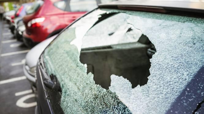 Achterruit van auto ingeslagen op oprit van woning
