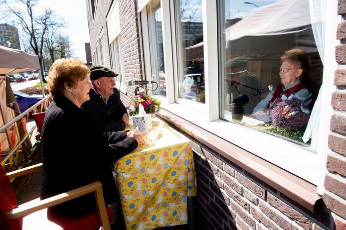 Cor van den Nieuwendijk (rechts) ontvangt met plezier zijn bezoek.