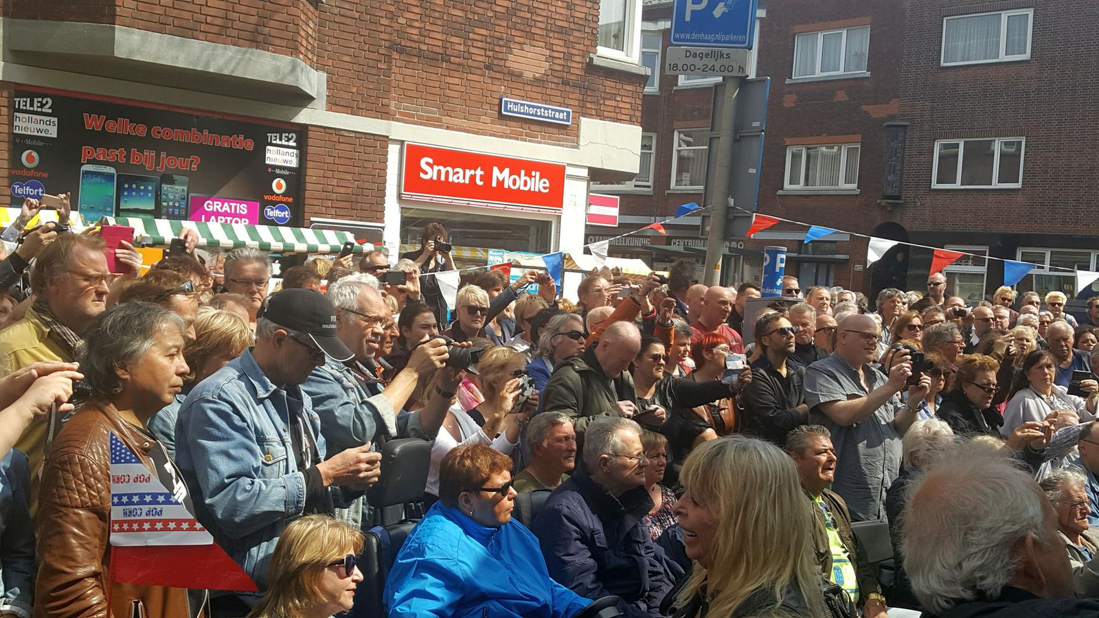 Op de hoek Hulshorststraat-Terletstraat geven Gerrits en Zuiderwijk een mini-concert dat de nodige belangstelling trekt.