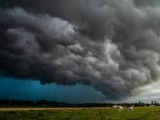 Spectaculaire beelden van dreigende wolken boven de Hoeksche Waard