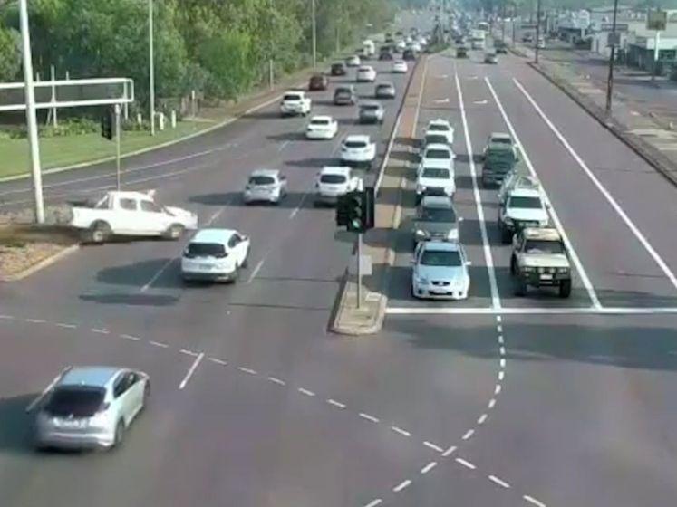 Wat een geluk: stuurloze auto rijdt langs andere auto's op miraculeuze wijze