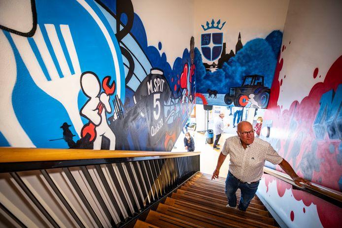 Oud-vestigingsleider Martin Spit bij het graffiti-kunstwerk