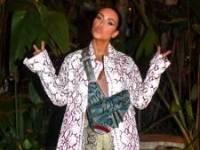 Kim Kardashian gaat ondanks dresscode met sexy jurk vol gaten en blote schouders naar Vaticaan