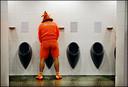 Een oranjefan leegt zijn blaas tijdens het EK in 2008, in Zwitserland.