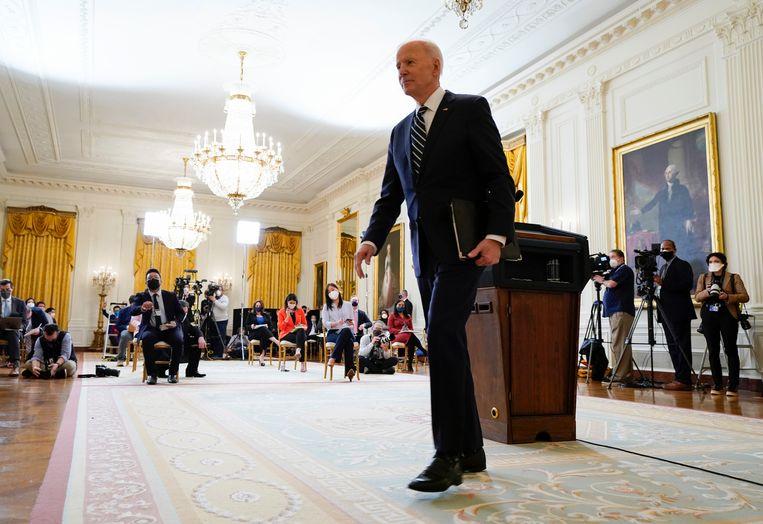Biden na afloop van zijn persconferentie. Beeld AP