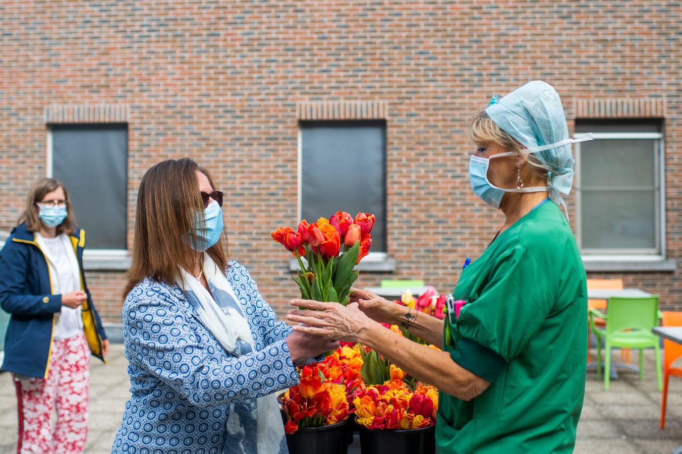 Districtsschepen Sandra Suykerbuyk (CD&V) schenkt een boekt aan een zorgkundige van ZNA Jan Palfijn.