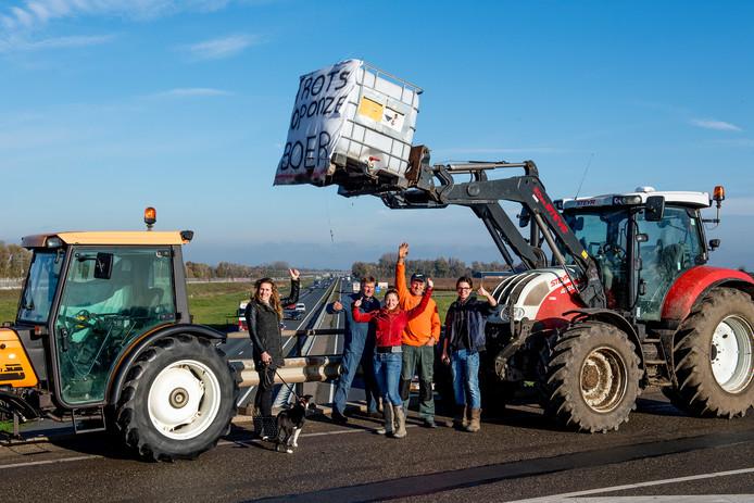 Christiaan van Ooijen (oranje trui) doet mee aan het boerenprotest op het viaduct over snelweg A15.