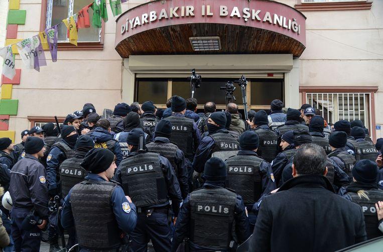 De Turkse oproerpolitie blokkeerde zondag het hoofdkwartier van de HDP in Diyarbakir nadat de partij had opgeroepen tot protest tegen het Turkse offensief in Syrië.