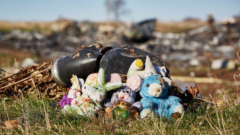 Knuffels door de lokale bevolking neergezet bij de brokstukken van de gecrashte vlucht MH17 van Malaysia Airlines in het oosten van Oekraïne.
