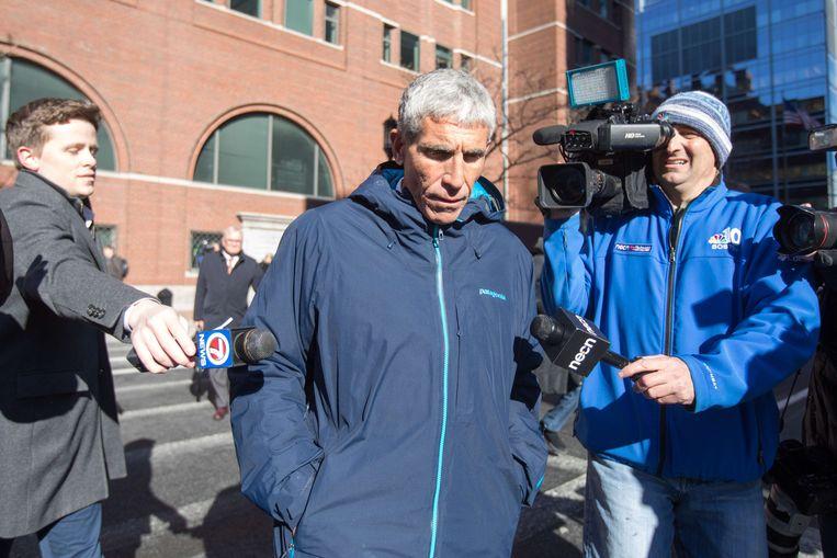 William 'Rick' Singer verlaat de Boston Federal Court. Beeld AFP