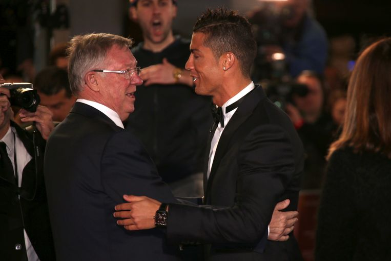Sir Alex Ferguson, left, greets Cristiano Ronaldo upon arrival at the world premiere of the film 'Ronaldo, in London, Monday, Nov. 9, 2015. (Photo by Joel Ryan/Invision/AP) Beeld null