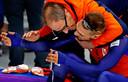Jac Orie omhelst Kjeld Nuis na het winnen van olympisch goud in 2018.