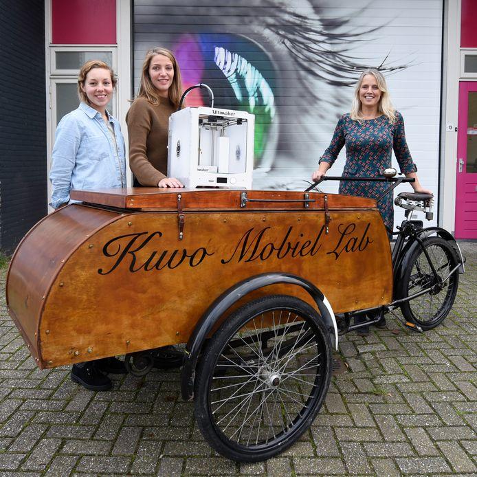 Yente Sierksma, Gijsbrechte v/d Bosch en Carole Leroy bij het Kuvo Mobiel Lab