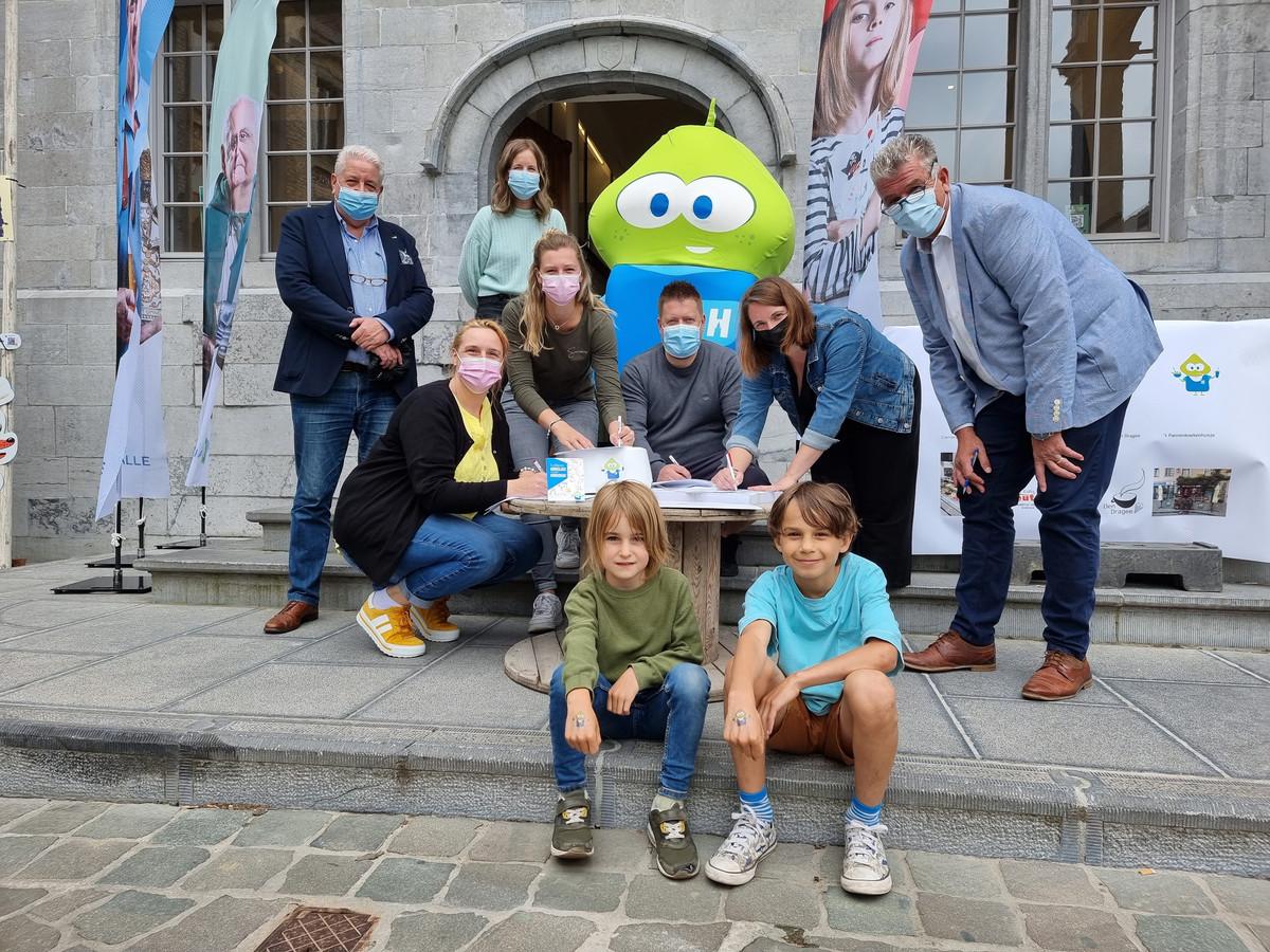 De uitbaters van vijf horecazaken in Halle engageren zich om hun zaak kindvriendelijk te houden en zetten woensdag hun handtekening onder die engagementsverklaring.