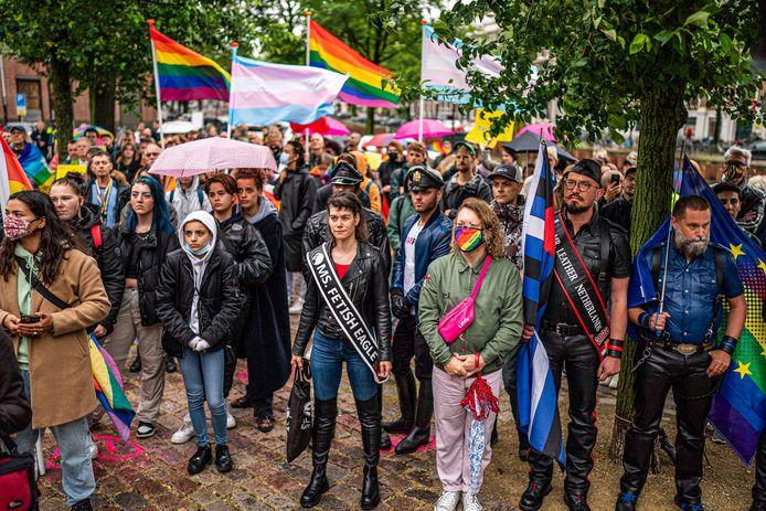 Protest bij het homomonument in Amsterdam tegen de Hongaarse anti-lhbtq-wet.