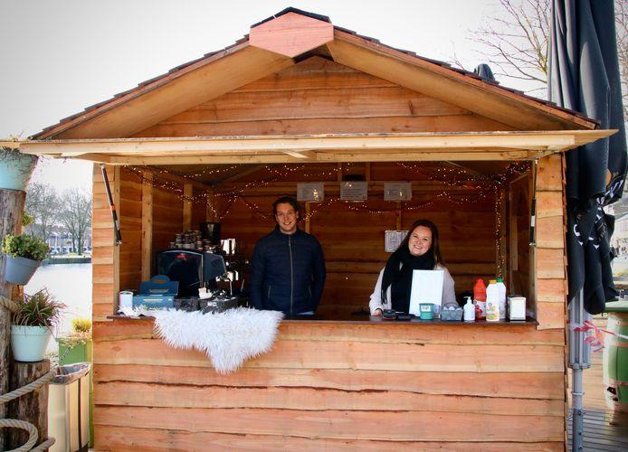 Timo Jong en Judith Kuijpers in de kiosk van restaurant Harboury.