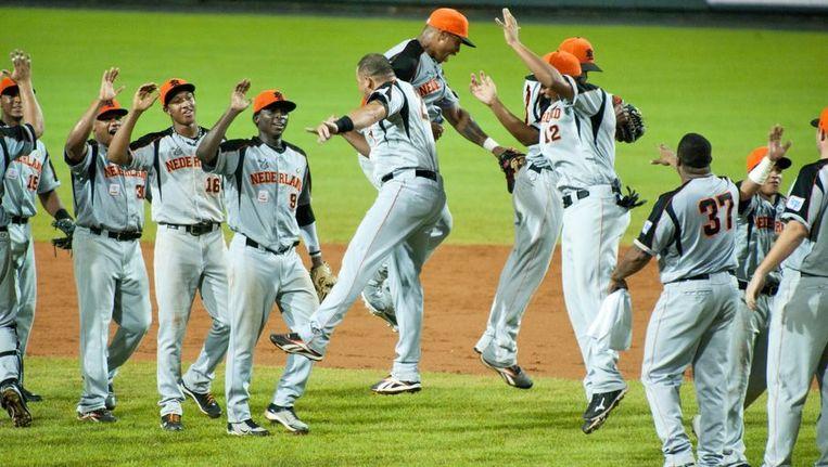 De Nederlandse honkballers vieren feest na de 4-1 zege op Cuba. Beeld afp