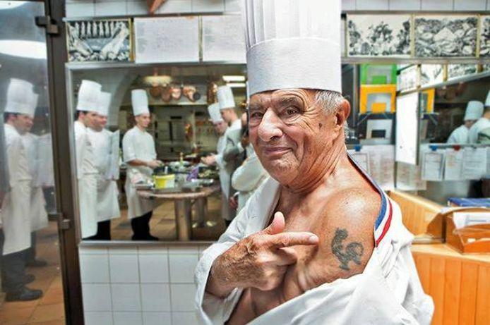 Paul Bocuse toont trots zijn tatoeage van de haan, het symbool van Frankrijk.