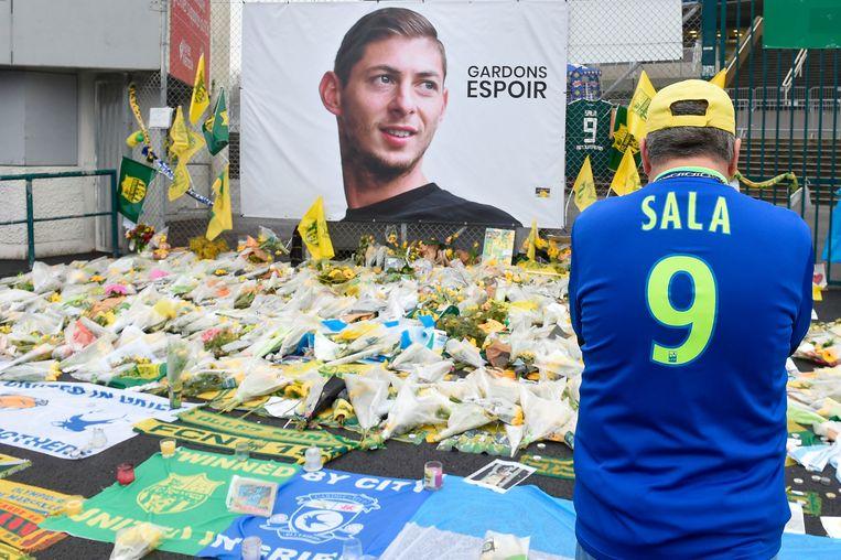 Een supporter rouwt bij het stadion van Nantes. Emiliano Sala verongelukte op 21 januari bij een crash. Beeld AFP