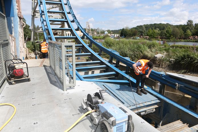 Une équipe française, spécialisée dans le nettoyage des catastrophes, nettoie les montagnes russes de Pulsar.