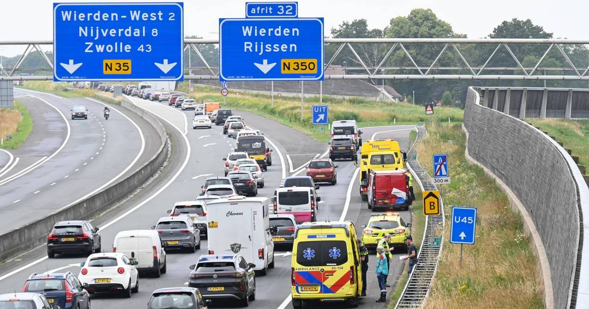 Botsing bedrijfsbusjes op A35 bij Wierden: flinke verkeershinder.