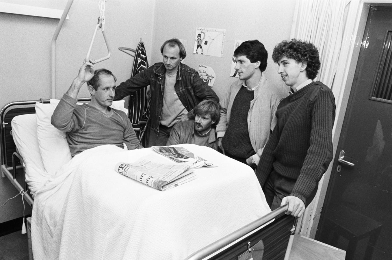 Voormalig NAC-trainer Henk de Jonge krijgt in november 1983 in het Bredase St. Ignatius Ziekenhuis bezoek van de spelers Tom Smits, Koos Waslander, Willy Janssen en Hans van den Dungen.