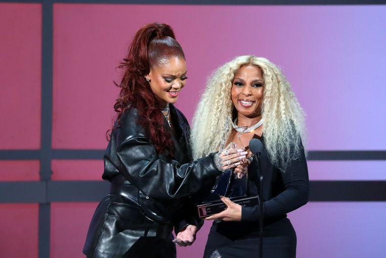 Rihanna bracht een verrassingsbezoekje om een carrièreprijs uit te reiken aan Mary J. Blige