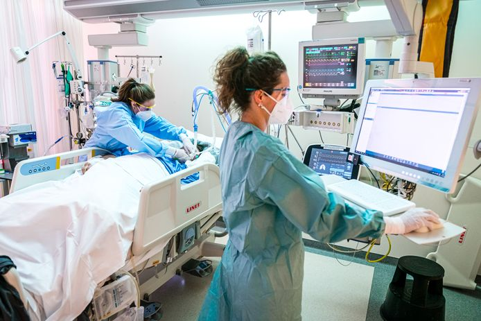 Een verpleegkundige sluit een beademingsapparaat aan bij een patient met het covid-19 virus op de intensive care van het Catharina Ziekenhuis in Eindhoven.