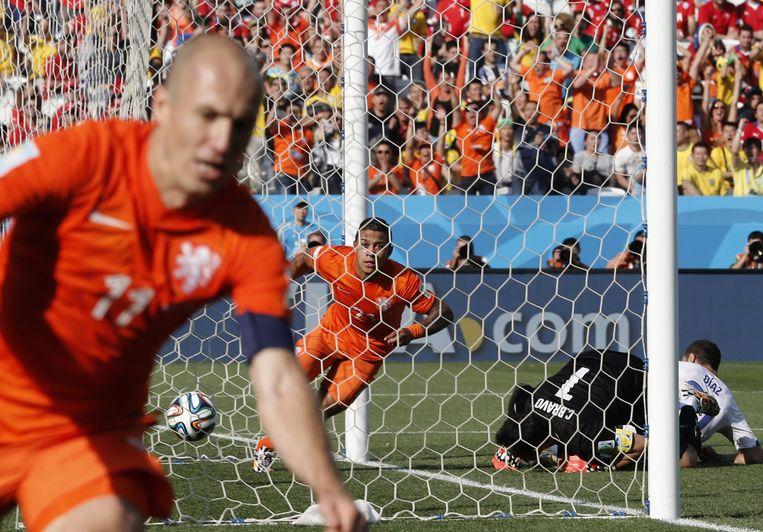 2014-06-23 20:00:00 SAO PAULO - Memphis Depay (M) scoort de 2-0 na de voorzet van Arjen Robben (L) in wedstrijd tegen Chili op het WK voetbal. EPA/TOLGA BOZOGLU EDITORIAL USE ONLY Beeld EPA