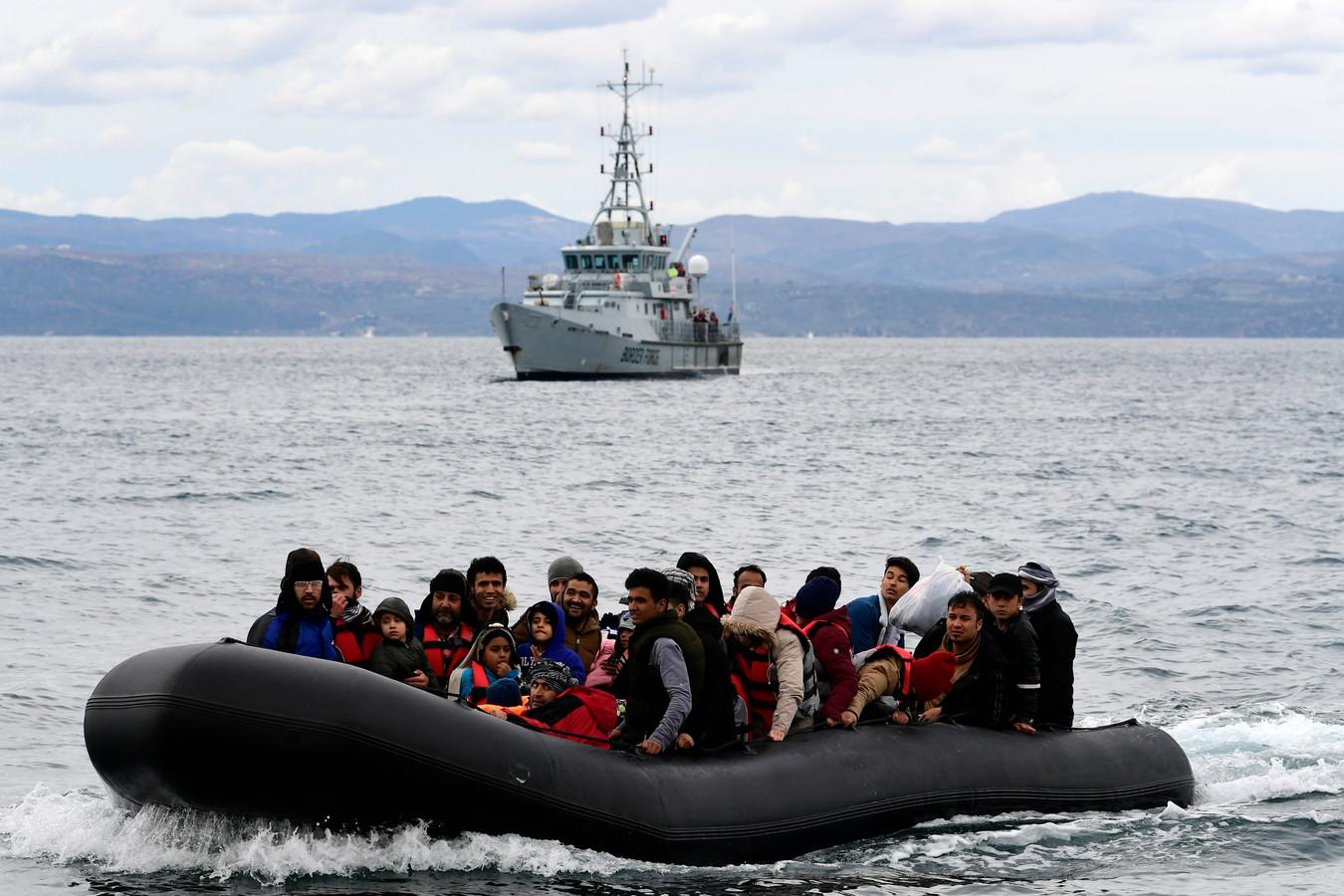 Archiefbeelden. Vluchtelingen proberen het Griekse eiland Lesbos te bereiken met een rubberbootje.
