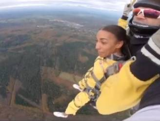 """Nafi Thiam doet parachutesprong uit vliegtuig: """"Ik blijf dingen van mijn bucketlist afvinken"""""""