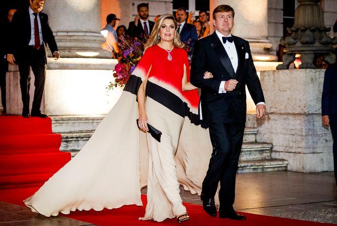 Koning Willem-Alexander en koningin Maxima bij aankomst voor de contraprestatie in het Teatro Nacional Dona Maria II.  ANP ROYAL IMAGES / REMKO DE WAAL