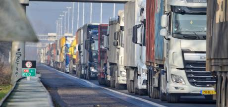 Kapotte vrachtauto op A58 Eindhoven richting Tilburg, rechterrijstrook weer open
