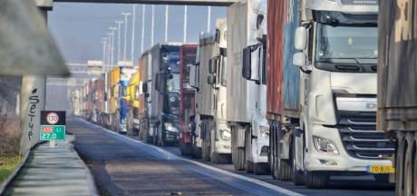Kapotte vrachtauto op A58 Eindhoven richting Tilburg, rechterrijstrook dicht