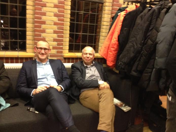 Wethouders Te Gronde (links) en Aalderink moeten het eerste, besloten, deel van de vergadering op de gang afwachten.