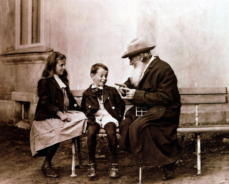 Lev Tolstoj (1928-1910) vertelt zijn kleinkinderen een verhaal.  Beeld UniversalImagesGroup/Getty Images