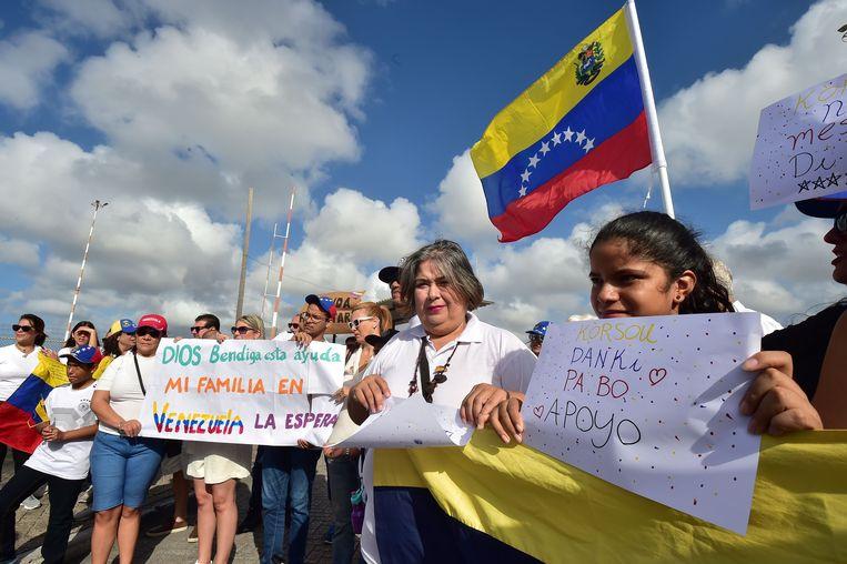 Venezolanen steunen in de haven van Willemstad interim-president Juan Guaido en de humanitaire hulp die Curaçao kan bieden.  Beeld AFP