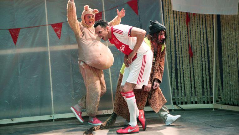 Ook Ajax is verweven in een voorstelling Beeld Sanne Peper