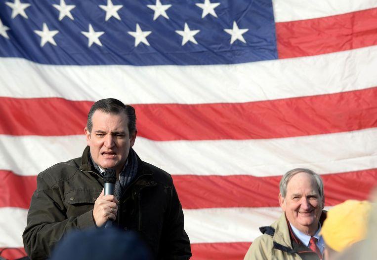 Senator Ted Cruz trotseert de kou om bij een schietbaan in New Hampshire kiezers toe te spreken. De voorsprong die Cruz had in Iowa op Donald Trump is flink geslonken. Beeld AFP