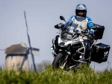 Motorrijder scheurt met slechts 1 meter ruimte langs fietsers op Zalkerdijk, rijbewijs afgepakt