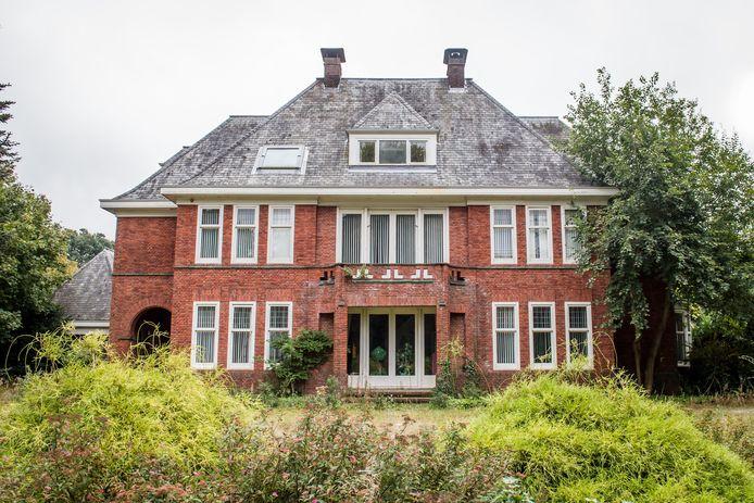 De villa aan de Hogelandsingel staat al meer dan twee jaar leeg. Nu opent hier Zorgvilla de Maere. Foto van 2016.