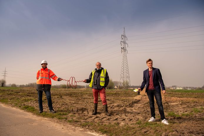 Schepen Sven Roegiers (rechts) kwam een kijkje nemen naar de vogelkrullen die door Elia en Natuurpunt geplaatst worden.
