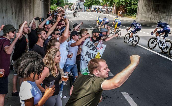 Essevee-supporters juichen de wielrenners toe, onder de spoorwegbrug in de Vijfseweg in Waregem. Ze hebben een hart voor Yves Lampaert