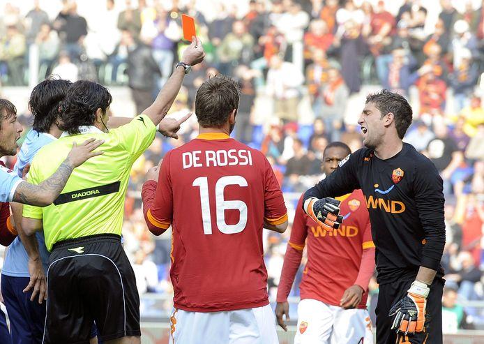 Maarten Stekelenburg krijgt een rode kaart tijdens de derby tegen Lazio Roma.