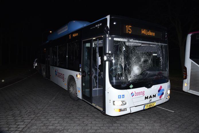 De bus had een kapotte voorruit door de botsing met de scooter.